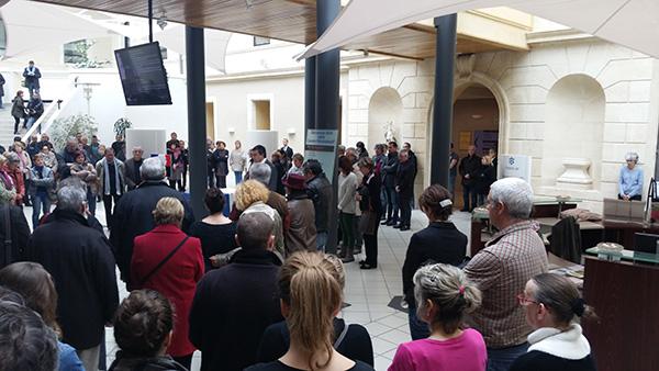 une minute de silence observéee 16 novembre 2015 dans le hall de la mairie de Villeneuve