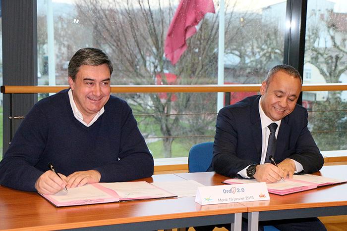 Signature de la convention ordi 2.0 entre la mairie, représentée par le maire Patrick Cassany, et le groupe Gifi, représentée par Thierry Boukhari, directeur délégué.