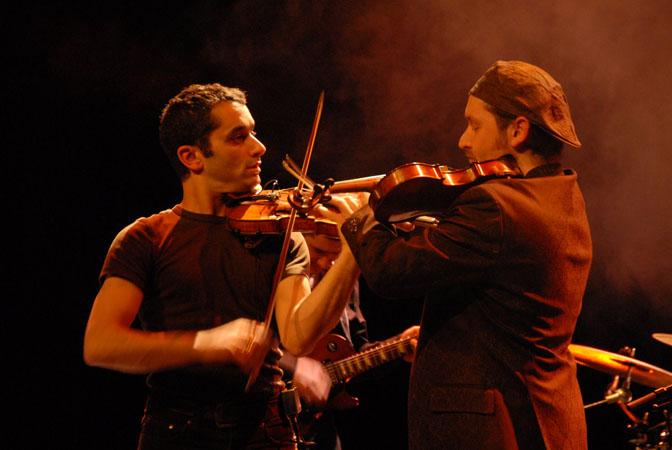 LES YEUX NOIRS Rythmes, chants, poésie et histoires dÂ'un autre mondeÂ… entre sonorités tsigano-rock et yiddish-pop.