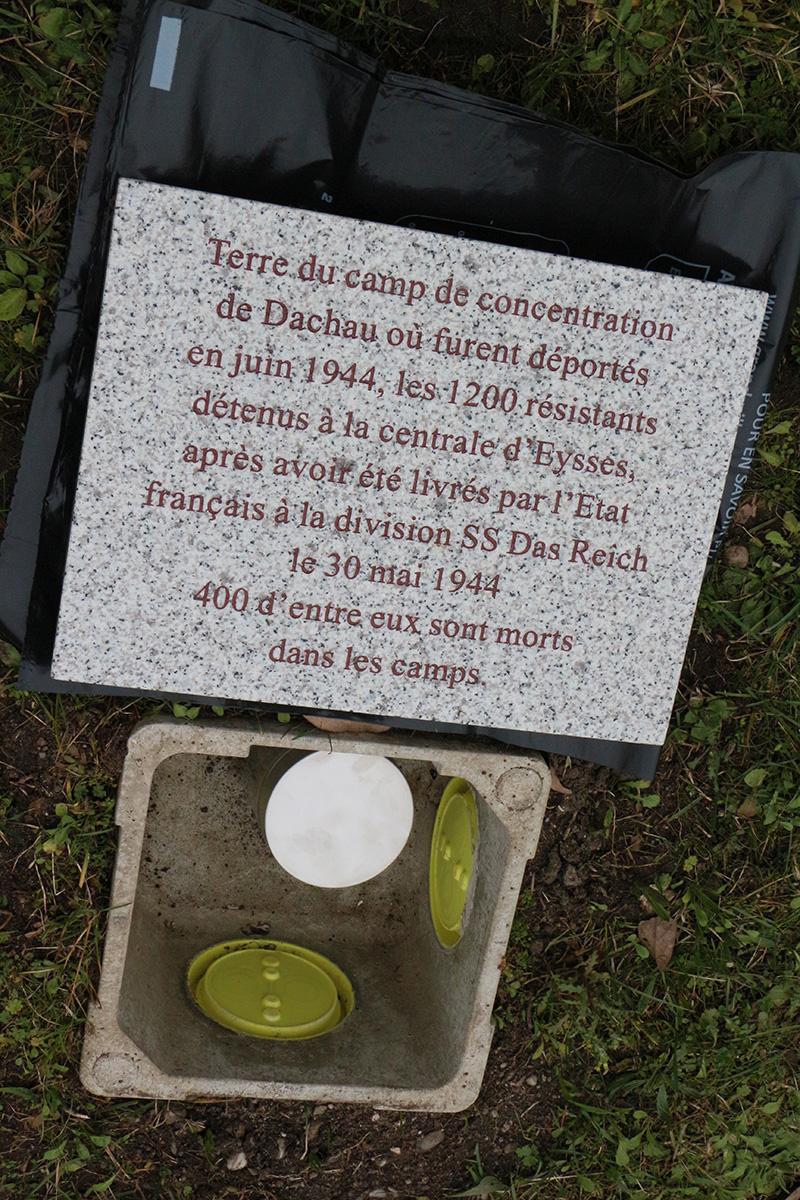 Une poignée de terre de Dachau et une de Chateaubriand (où 27 résistants dont Guy Mocquet furent exécutés le 22 octobre 1941) ont été déposées symboliquement devant le mur des fusillés.